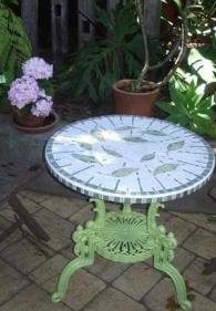 Маса със стъклокерамичен плот за градината