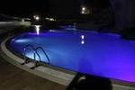 изграждане на подводно осветление за басейн